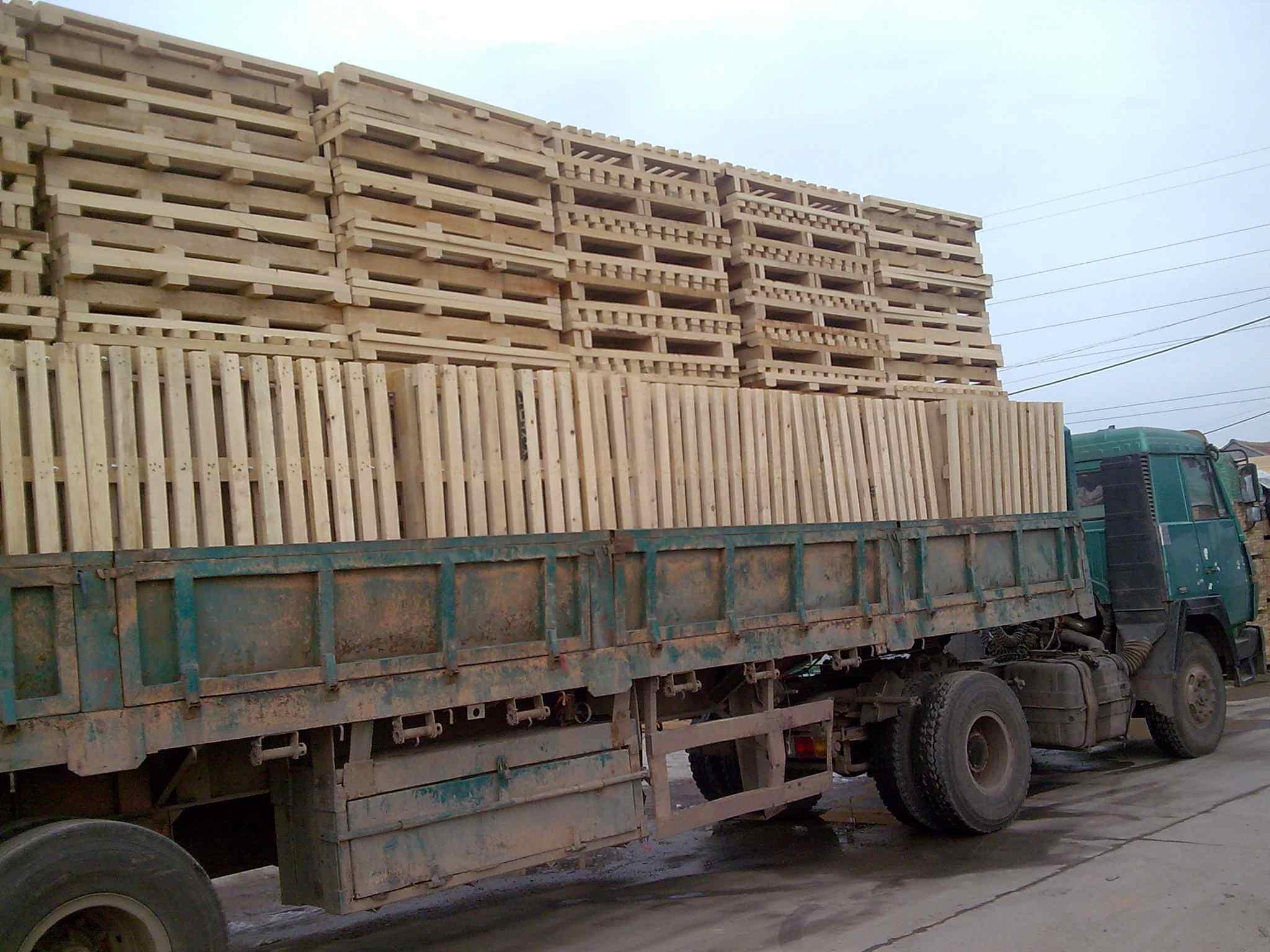 青岛加德木业专业生产托盘类、出口免熏蒸胶合板托盘类、出口免熏蒸镀锌钢边快装箱类、围板周转箱类、木包装箱以及出口免熏蒸胶合板箱等产品的生产型企业,产品远销多个国家和地区。 木托盘是现在使用最广的托盘。托盘是用于集装、堆放、搬运和运输的放置作为单元负荷的货物和制品的水平平台装置。 本公司木托盘以原木为材料,进行干燥定型处理,减少水分,消除内应力,然后进行切割、刨光、断头、抽边、砂光等精整加工处理而形成型材板块,采用具有防脱功能的射钉(个别情况采用螺母结构)将型材板块装订成半成品托盘,最后进行精整、防滑处理和封