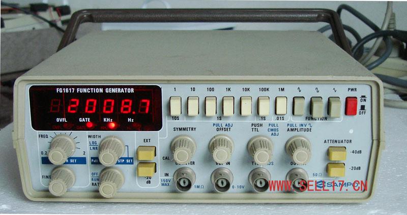 FG1617函数发生器具有高稳定性、高线性、低失真和直接可显示输出信号频率的特点,它能产生正弦波、三角波、方波、斜波、脉冲波及扫描波。由于用6位数字LED显示输出频率,读数方便且精确。FG1617函数发生器的输出频率范围从0.2Hz~2MHz,分为七个频段,每个频段从0.2~2.0均可连续调节频率。输出信号幅度连续可调(约20dB),并且有20dB和40dB的衰减器,故输出范围从20mVP-P到20VP-P。输出阻抗50 。直流偏置连续可调,无负载时,可达10V。如将SYMMETRY置于CAL
