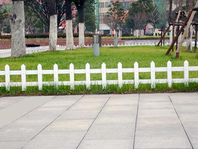 供应pvc草坪护栏图片